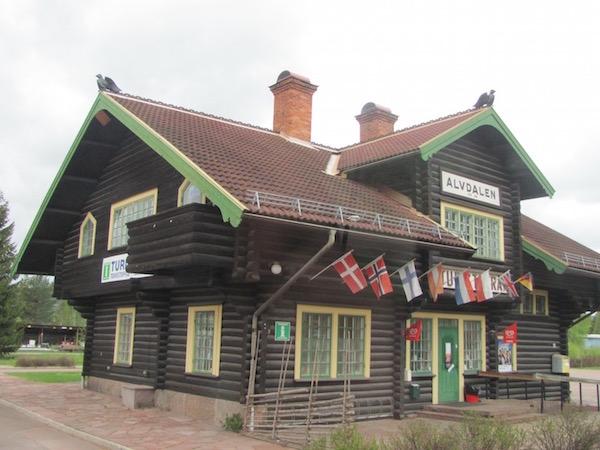 Das Touristoffice in Älvdalen, Dalarna, Schweden, Bloghaus mit Länderflaggen