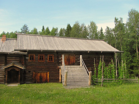 Farmhaus mit Rampe im Malye Korely Freilichtmuseum.