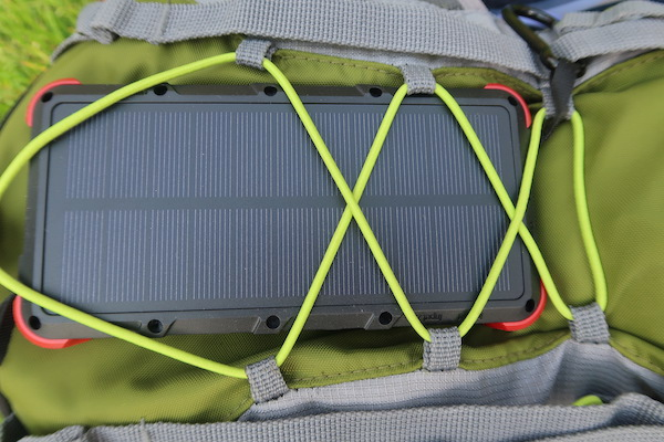 OUTXE Power Bank am Rucksack befestigt um Solarenergie aufzunehmen
