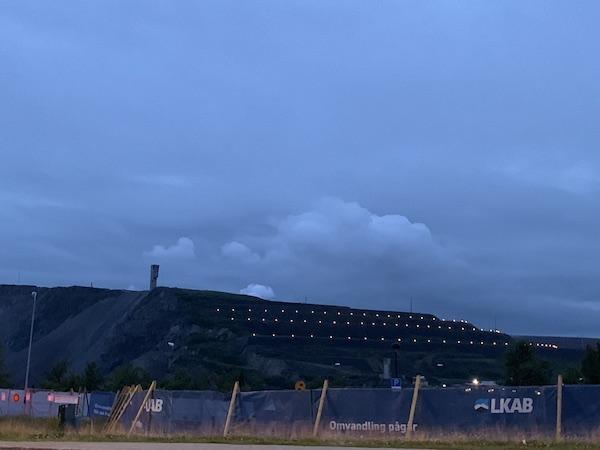 Die Mine in Kiruna mit Bauzaun und LKAB Logo im Abendlicht | Foto: Ekaterina Venkina