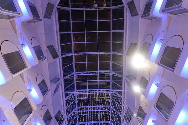Ein Blick nach oben: Das Dach der glasüberdachten Promenade auf der Silja Serenade