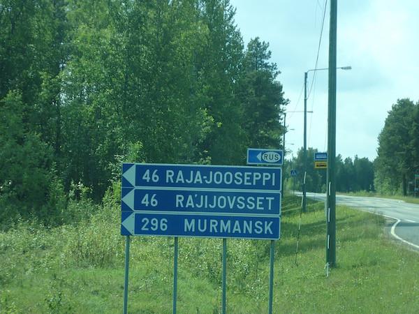Straßenschild im finnischen Teil Lapplands