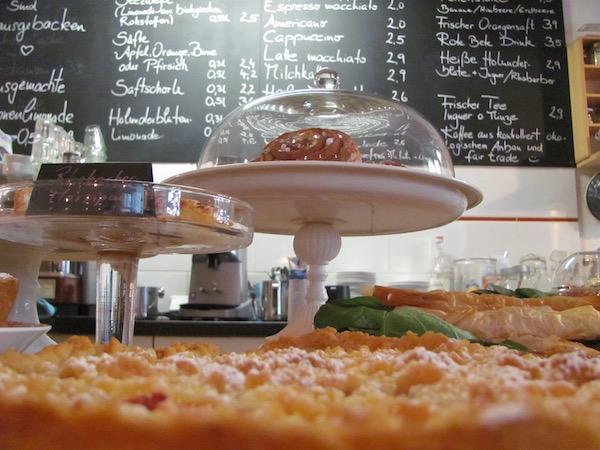 Im Café Stockholm in Berlin: Theke mit Apfelkuchen und Zimtschnecke (Kanelbulle)