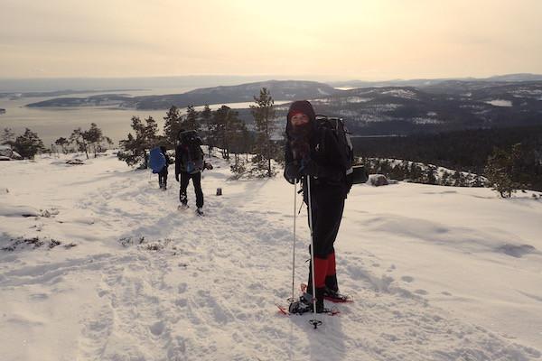 Skuleskogen Nationalpark im Winter, High Coast Winter Classic, Schneeschuhwanderung, Frau mit Skistöcken