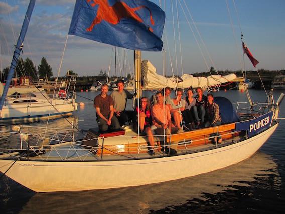 Charlotte Wilkinson (3. von links) mit ihrer Crew des Trips 2015 auf Pouncer