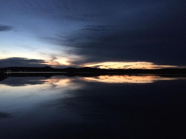 Herbstlicher Sonnenuntergang am Meer mit Spiegelung, Västernorrland, Schweden