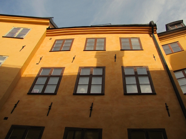Gelbe Fassade mit braunen Fenstern in Stockholm, Schweden