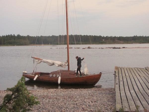 Helle Nächte in Schweden, Frau auf dem Segelboot aus Holz