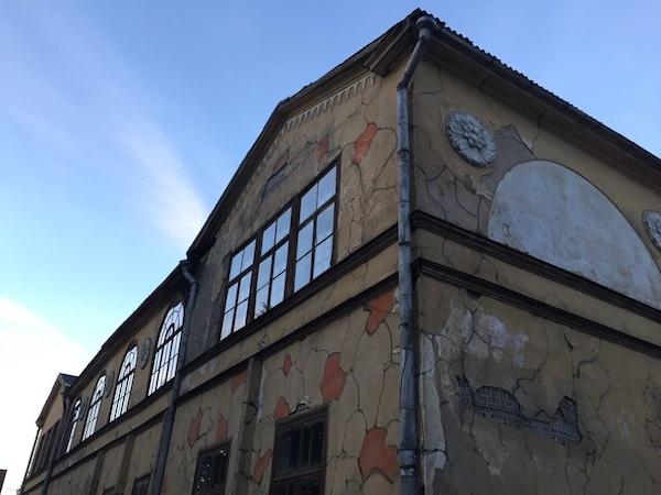 Altes Haus in Viljandi mit weißer Rose