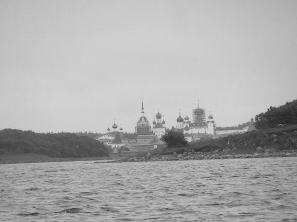 Blick auf das Kloster auf den Solowetski Inseln vom Wasser aus, Weißes Meer, Russland, schwarz weiß