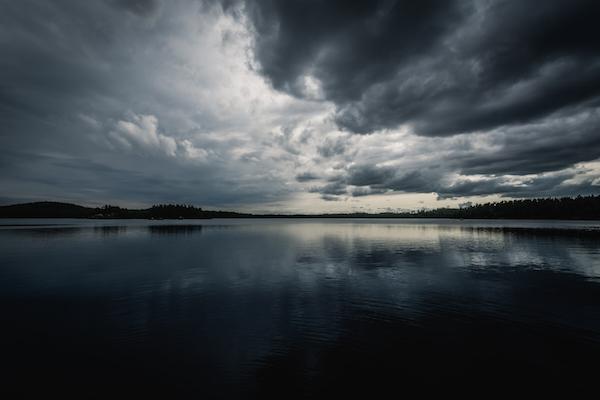 Gewitterwolken über dem See, Tiveden Nationalpark in Schweden