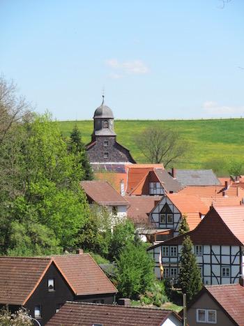 Bremke mit Kirche und Fachwerkhäusern