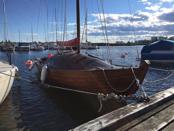 Holzboot im Hafen