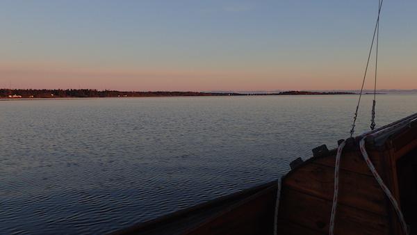 Holzboot und Sonnenuntergang in Nordschweden