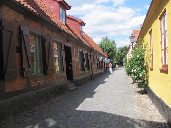Kopfsteinpflastergasse in Ystad, Schweden