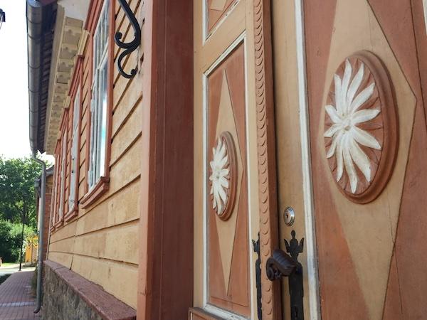Schicke Häuserfront in Viljandi mit weißen Rosen als Ornament