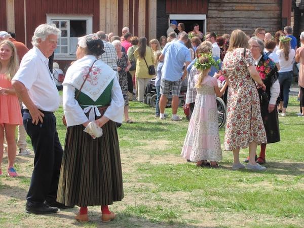 Traditionen in Dalarna (Mittsommer, Tracht, Blumenkranz)