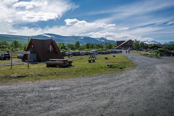 Sami-Dorf Nikkaluokta in Lappland: Rezeption und Café vom Parkplatz aus.