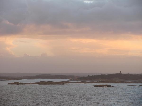 Schären vor Göteborg, rosaner Himmel, vom Wasser aus