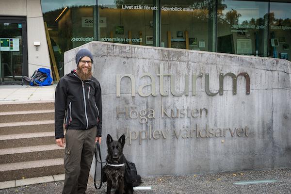 Mann und Hund am Naturum, Höga Kusten