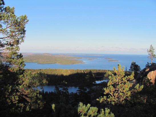Blick vom Slattdalsberget auf vorgelagerte Schären, Skuleskogen Nationalpark in Schweden