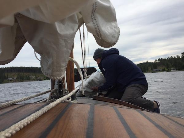Mann beim Segelfalten