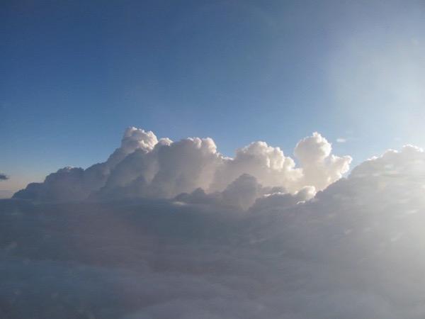 Wolken, vom Flugzeug aus und von der Sonne angestrahlt