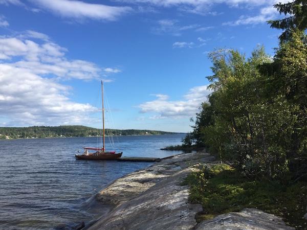 Holzboot Kaja am Anleger/Schwimmsteg Sälskäret, Västernorrland, Schweden
