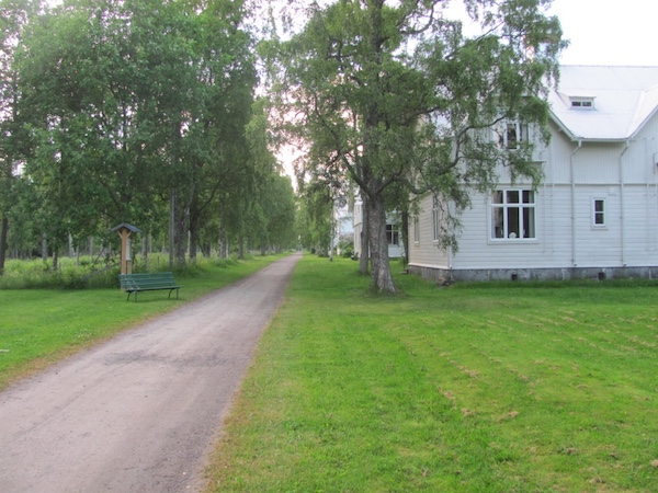 Die weißen Häuser der Långgrundsgatan auf Norrbyskär