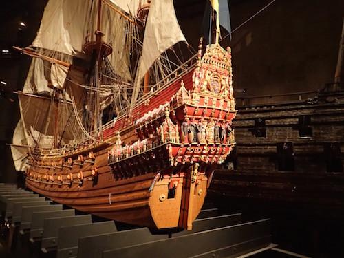 Modell der Vasa mit dem Original im Hintergrund
