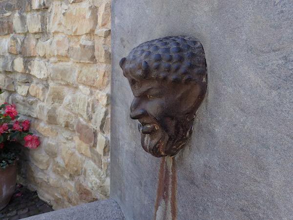 Fauns Kopf Brunnen im Park in Koknese