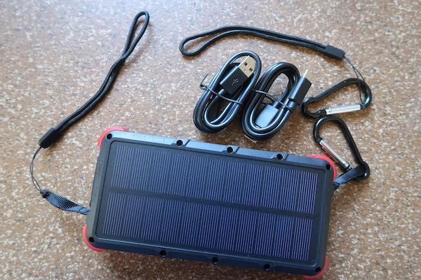 OUTXE Solar Power Bank und Zubehör (Lieferumfang)