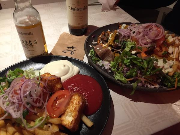 Volle Teller im Ausmeņa Kebabs in Riga