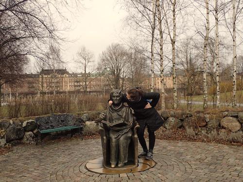 Astrid Lindgren lesend - Skulptur beim Junibacken Stockholm