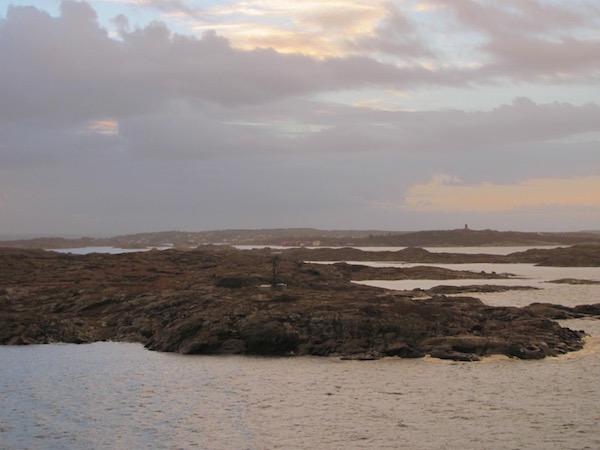 Zerklüftete Schären nahe Göteborg, vom Wasser aus aufgenommen