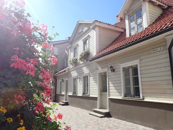 Weißes Holzhaus mit Blumen in Cesis, Lettland