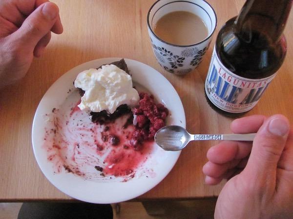 Fika: Kaffee, Ale und schwedischer Schokokuchen mit Sahne und Beeren (Kladdkaka)