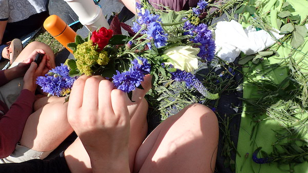 Mittsommerkranz aus Blumen basteln