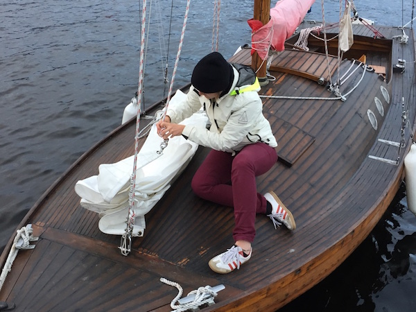 Frau auf Holzboot