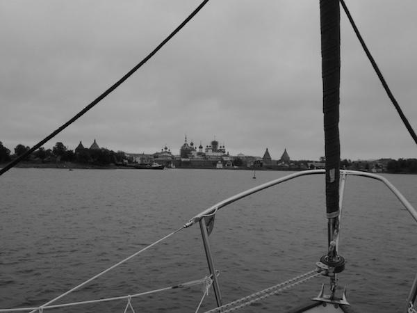 Blick auf das Kloster der Solowetzki Inseln vom Boot aus, Weißes Meer, Russland