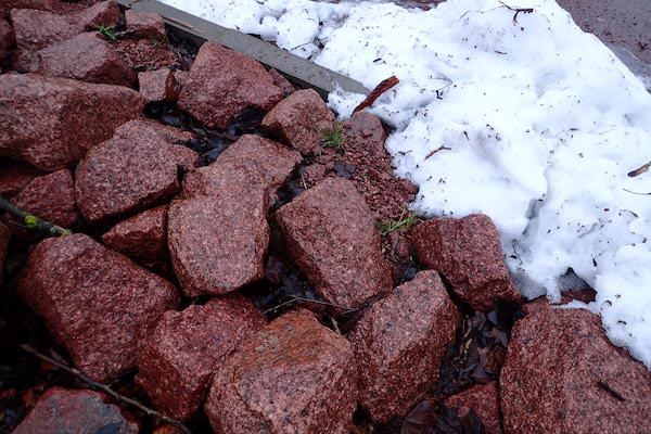 Roter Åland-Granit mit Schnee
