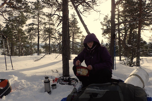 Skuleskogen Nationalpark im Winter, High Coast Winter Classic, Schneeschuhwanderung, Pause, Outdoormeal