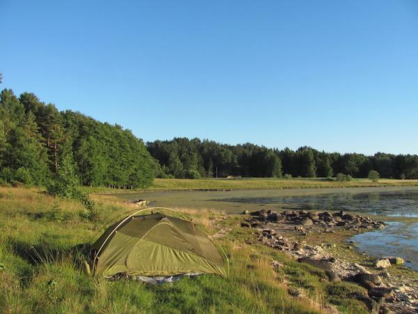 Zelt auf Wiese am Meer