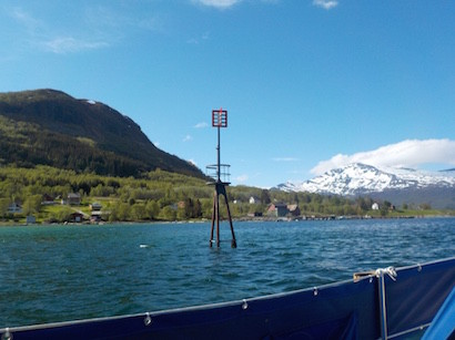Küste Norwegens: Seezeichen und Berge