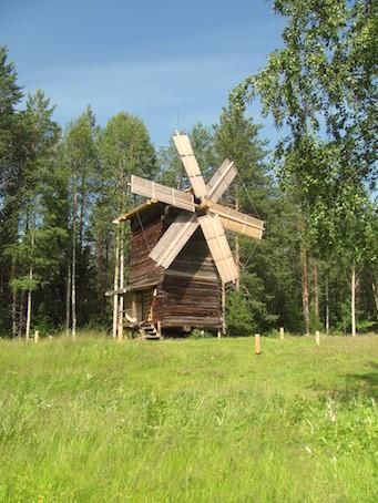 Eine Windmühle im Freilichtmuseum Malye Korely.