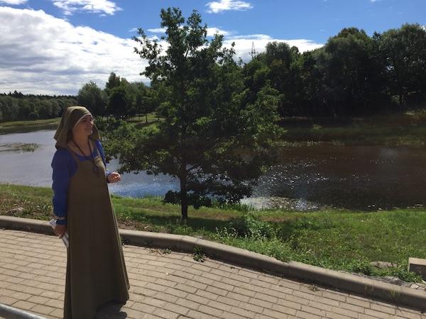 Mittelalterlich gekleidete Frau am Gauja Fluss, Valmiera, Lettland
