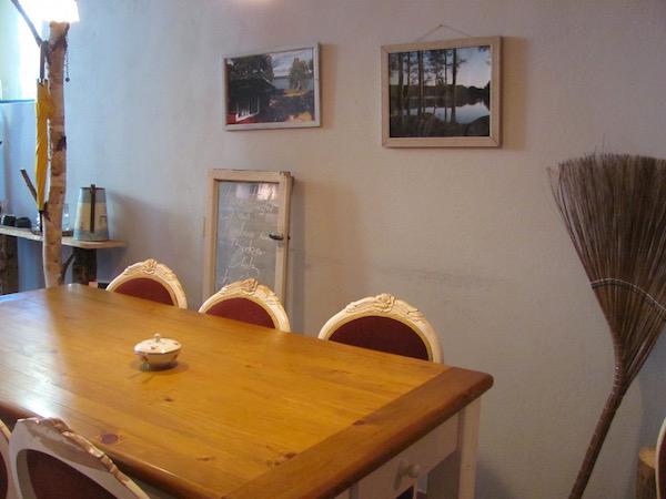 Im Café Stockholm in Berlin: Tisch und Wanddeko