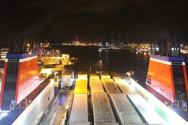 Wasser Skyline Kiels und Blick auf Container und Laster, Stena Line