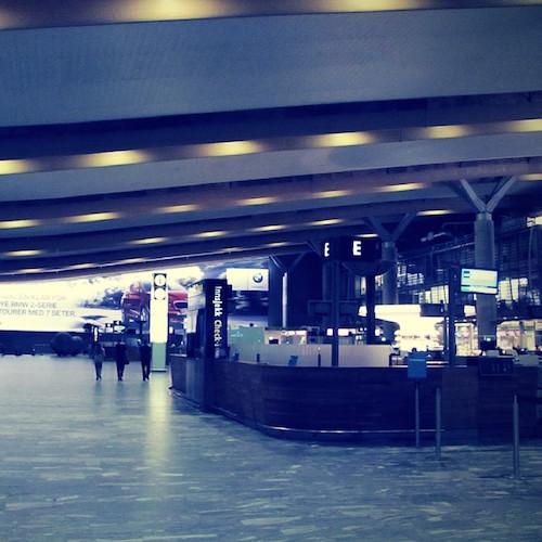 In Oslo. Nachts. Am Flughafen.