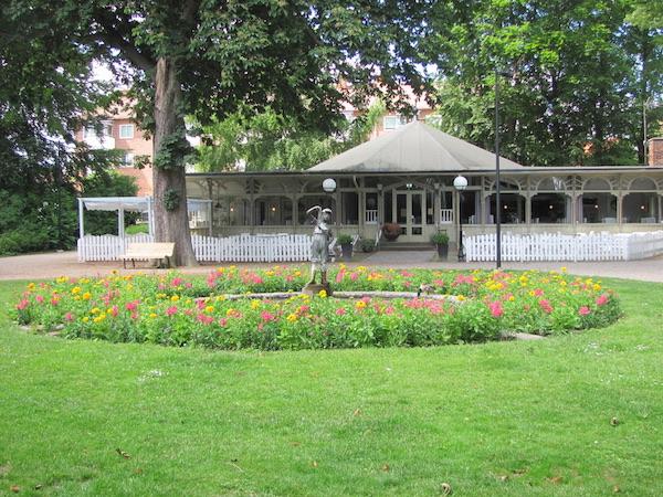 Norra Promenaden, Café, Statue und Blumenrondell